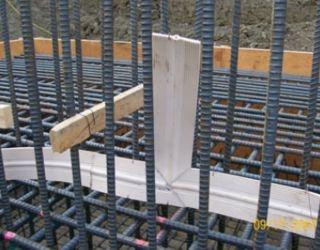 """Armering.  Armering innebär att förbättra en betongkonstruktions hållfasthet genom att """"baka in"""" stora nät av stålstänger. Betong är nämligen väldigt tryckhållfast men har på egen hand en mycket dålig draghållfasthet, vilket kan leda till sprickor och då innebära att själva byggnaden blir ganska instabil. Ibland blandas olika tillsatser i stålet för att åstadkomma nödvändiga egenskaper. Stängernas tjocklek beror på det planerade husets laster (≈vikten av/som sätts på husets olika delar.)"""