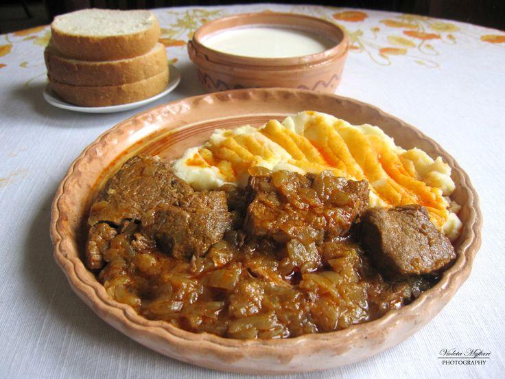 Jahnija është gjellë e cila përgatitet nga qepët dhe mishi. Është ushqim i zakonshëm dhe shumë i përhapur në kuzhinën kosovare.