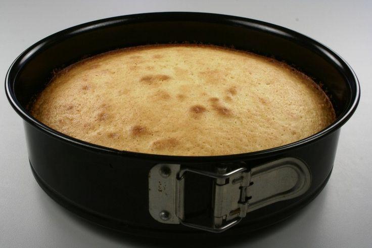 Pisk æg og sukker skummende. Bland mel og bagepulver og rør denne blanding i dejen skiftevis med mælken. Rør det smeltede, afkølede smør, citronsaft og reven -skal i dejen til sidst. <BR> <BR>