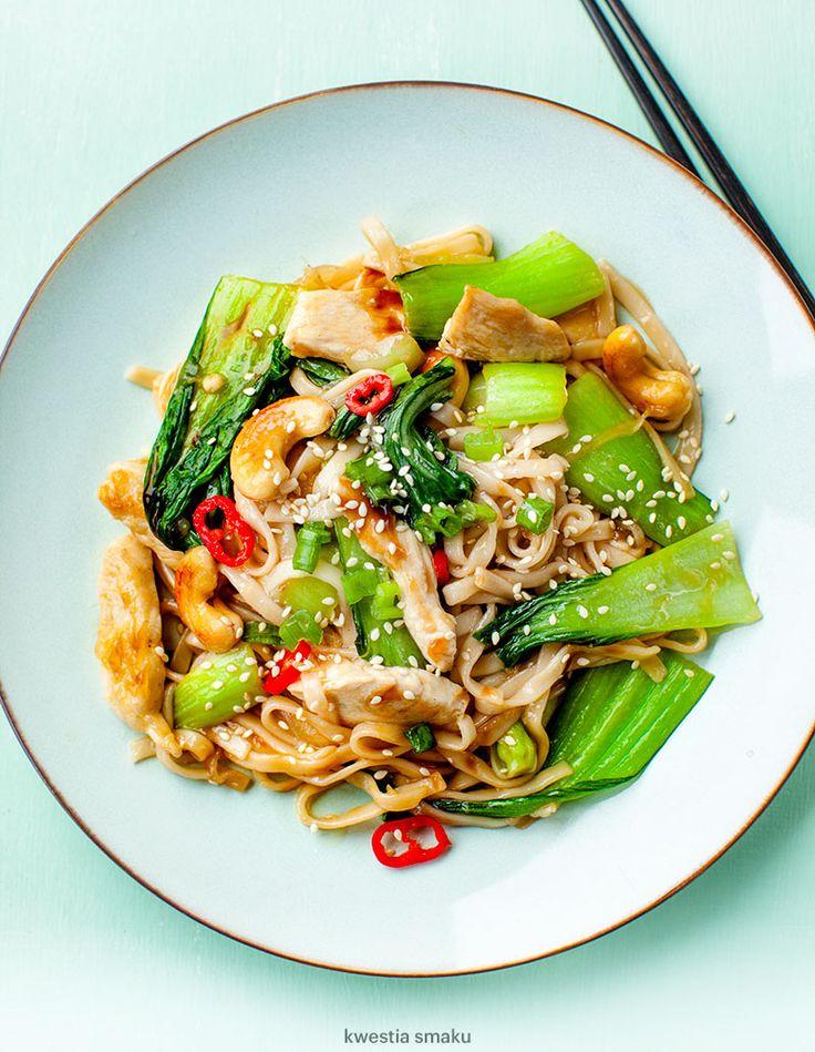 Makaron chow mein smażony z kurczakiem i pak choi