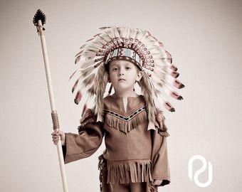 Americano nativo indio inspirado de chica fingir vestir