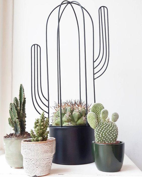 Foto door @honeyimhome.inspiration Best-budget-buy; deze bloempot in de vorm van een cactus is voor 995 te koop bij Gamma. Ook verkrijgbaar in mintgroen. Bij Intratuin kun je vergelijkbare exemplaren vinden.
