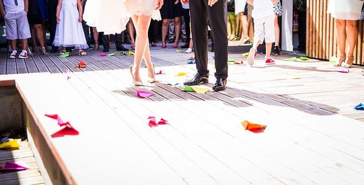 Mariage tropical à Toulouse / Lancé d'avions colorés / Photo: Karolina B. / Organisation & Décoration: Joli coup de pouce