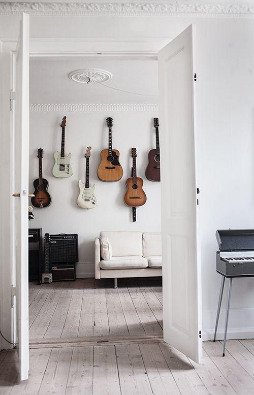 soffan Hemma-hos-Trine-i-Kopenhamn-©-Anna-Malmberg-gitarr vagg vardagsrum inspiration