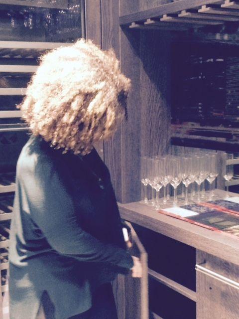 Is Vasiliki op zoek naar iets om te gieten in de Champagne bril? ;) The Living Kitchen B.V. by Paul van de Kooi / wijnkamer