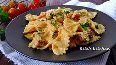 Pasta con salsiccia, pomodorini e crema di ricotta allo zafferano.---