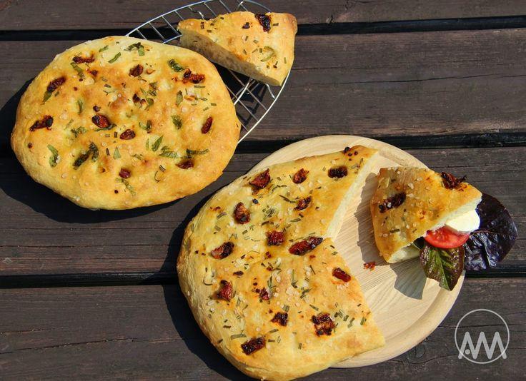 Focaccia je italská klasika stejně jako pizza. Je to chlebový výrobek, který je v základu ochucen pouze olivovým olejem a hrubou solí. Je...