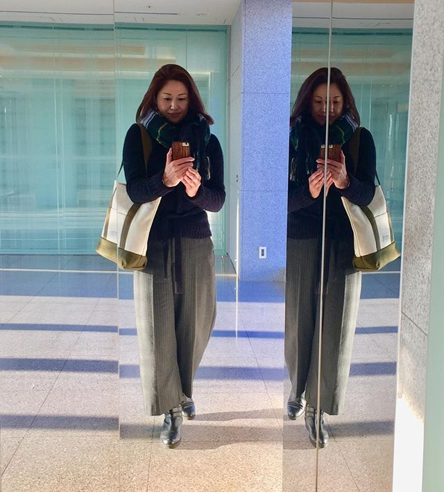 BICOLOR KAHKI (Mサイズ) W40×H35×マチ13  濃紺のニットとグレーのワイドパンツで暗いトーンだから 久しぶりにバイカラーにしてみた〜。 #トートバッグ #バイカラー #シンプル #カーキ #大人カジュアル #大人コーデ #かわいい #おしゃれ #ファッション #刺し子 #オリジナル #使いやすい #合わせやすい #ユニセックス #bag #bicolor #simple #kahki #madeinjapan #cute #fashion #unisex