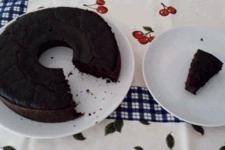 Receita do dia: Bolo de Alfarroba  Parece chocolate, sabe a chocolate, mas não é chocolate! Sabe o que é? É alfarroba! Uma ótima alternativa ao chocolate!  ► Ver receita em www.receitas-de-bolos.pt/14125 ► Mais receitas em www.receitas-de-bolos.pt #Receitas #Bolos #ReceitaDoDia #ReceitasDeBolos #Receita #Bolo #Cozinhar