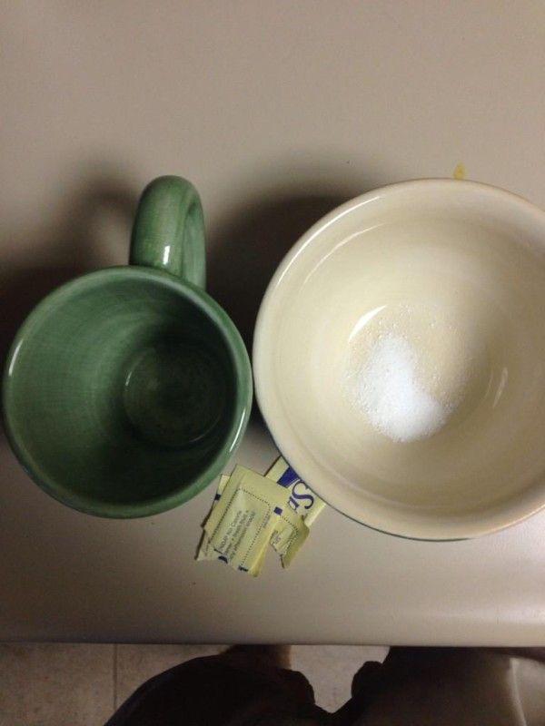 Herausfinden, ob ein Gefäss mikrowellengeeignet ist: Stelle eine Tasse mit kaltem Wasser in das Gefäß und das dann in die Mikrowelle. Schalte sie für 1 Minute ein. Wenn dann das Wasser warm ist und das Gefäß kalt, dann ist es mikrowellengeeignet. Ist aber das Gefäß warm, hat es in dem Gerät nichts zu suchen.