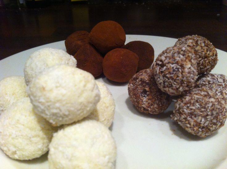 Bonbons: gevuld met een ganache van melkchocolade en pindakaas in een jasje van pure/witte chocolade omhuld met kokos of cacao