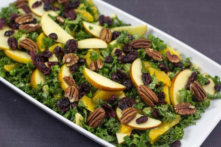 Grønkålssalat med æble, appelsin og tranebær