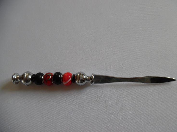 Coupe papier/ouvre courrier/coupe papier argenté habillé de rouge et noir, perles en verre.
