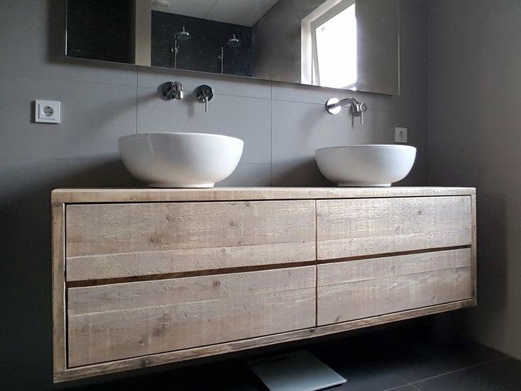 Een zwevend of hangend badkamermeubel van steigerhout met 4 ruime lades. Oorspronkelijk model bedacht als tv-meubel maar doet het ook erg goed als badkamermeubel. Strak en functioneel vormgegeven én de sfeermaker van deze mooie strakke badkamer! Het oude hout is prima geschikt voor de badkamer en hoeft ook niet behandeld te worden. Deze is b160xd50xh50cm en de lades lopen op geleiders. In heel veel maten te maken.