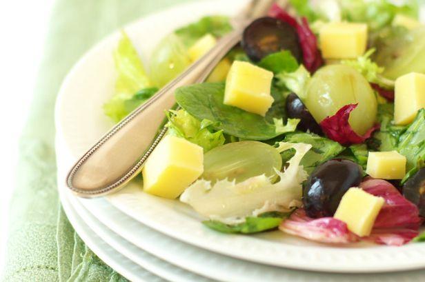 Salade mélangée au raisin et comté