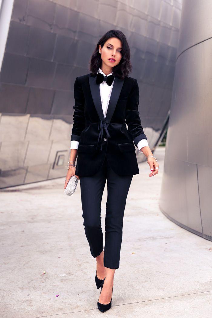 Acheter la tenue sur Lookastic:  https://lookastic.fr/mode-femme/tenues/blazer-chemise-de-ville-pantalon-slim-escarpins-pochette-noeud-papillon/7343  — Nœud papillon en velours noir  — Chemise de ville blanche  — Blazer en velours noir  — Pochette ornée blanche  — Pantalon slim noir  — Escarpins en daim noirs
