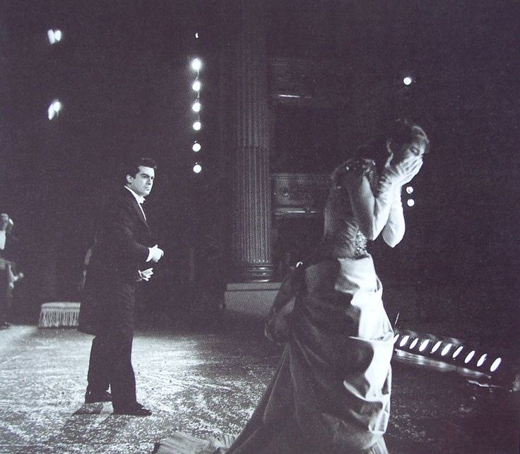 In the '50s de Nobili started working with Luchino Visconti creating in 1955 the sets and costumes for La Traviata at La Scala and dressing Maria Callas as Violetta