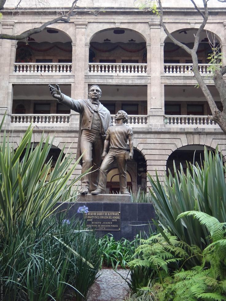 Monumento a benito ju rez en la secretar a de educaci n for Benito juarez mural