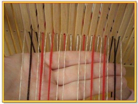 Шаг 4. Теперь смотрим второй ряд схемы узора: узор формируется за счёт 1,2,6 и 7 узорной нитки. 1 и 7 нитка у нас внизу, поэтому их мы поднимаем снизу, а 4 опускаем, так как по схеме она не нужна. Прокладываем уток, меняем зев и подбиваем нитки.