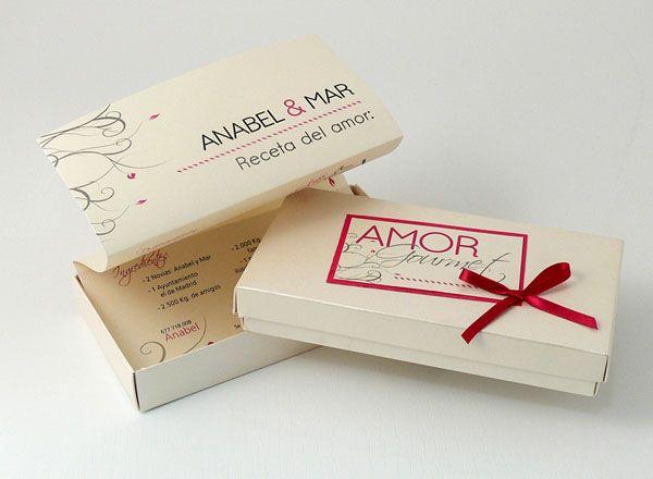 AMOR GOURMET  Invitación en caja beig con toques fucsia, el texto va en una hoja A4