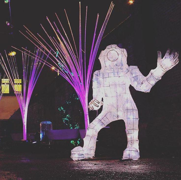 Scénographie du festival Fish & Chip's avec l'association Les Plastiqueurs. #fishandchips #festival #scenographie #scaphandrier #demesure #aquarium #anemones #lumiere #Led #tubes #metal #plastique #aquatique #algues #lesplastiqueurs #artsdelarue #atelier231 #sotteville #insta_Normandy #evenement #scenography #excessiveness #light #plastic #aquatic #streetarts