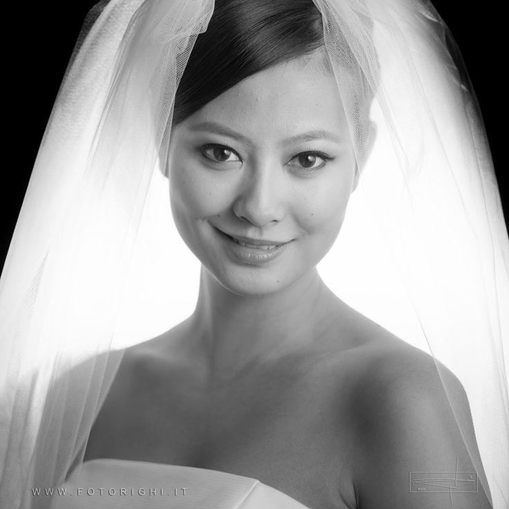 """Il trucco ha lo scopo di donare anche una certa armonia e serenità al viso della sposa. Nella sua semplicità ed efficacia a tratti  così """"misteriosa"""", giacché  proprio quel volto spesso sembra apparire più solare, interessante, all'  occhio esterno, eppure allo stesso tempo talmente naturale."""
