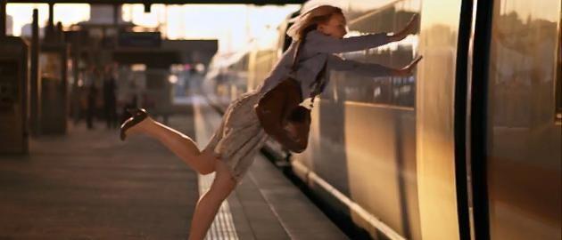Pünktlich und Deutsche Bahn? Passt nicht zusammen würden viele Reisende behaupten. Jetzt verlangen Studenten mehr Humor und beleuchten das Wort Pünktlichkeit ganz genau. Dabei lassen sie ironisch durchblicken, dass nicht jeder pünktlich sein kann - weder Bahn noch Fahrgast.  http://www.focus.de/finanzen/videos/humor-statt-puenktlichkeit-diesen-spot-haette-die-deutsche-bahn-niemals-durchgehen-lassen_id_4560095.html