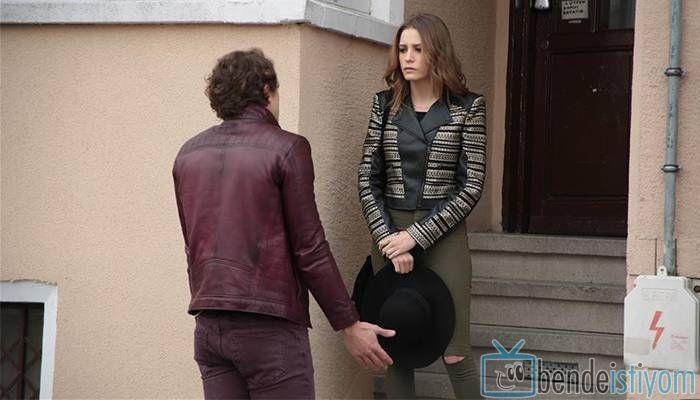 Star TV yayınlanan Medcezir dizisinde Mira Beylice karakterini canlandıran Serenay Sarikaya'nın, 65. bölümünde giydiği yeşil pantolon