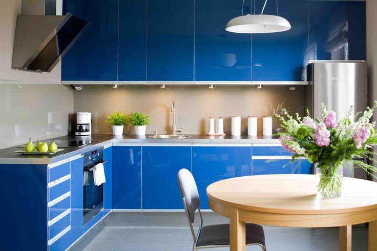Kolorowe meble kuchenne robią furorę. Kuchnie nowoczesne łączone z salonem mogą być czerowne, niebieskie, żółte, szare. Oto kolory mebli kuchennych, które tworzą ciekawy wystrój kuchni - zdjęcia kuchni w galerii - 20 pomysłów na kolorowe meble kuchenne.