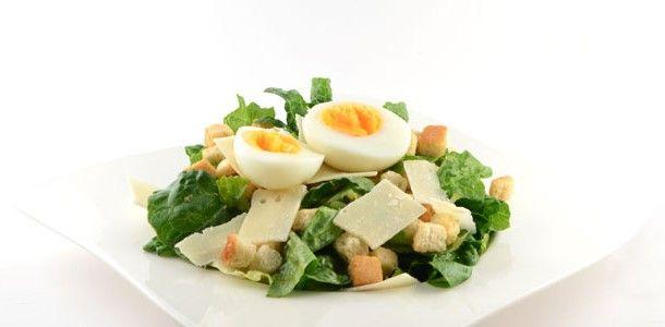 Dit recept voor een Caesarsalade is de traditionele versie. Met slechts 7 ingredienten maak je een heerlijke gezonde salade voor lunch of avondmaaltijd.