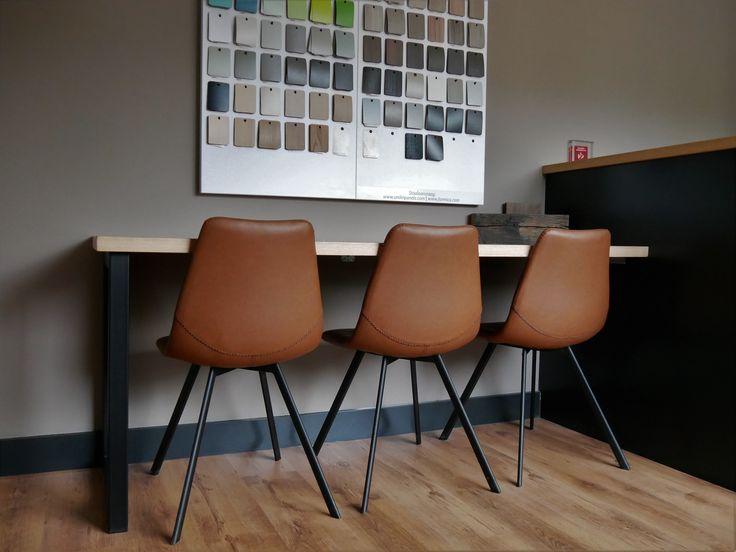 kantine kantoor meubel. industrieel strak. cognac zwart ijzer rustiek eiken blad.
