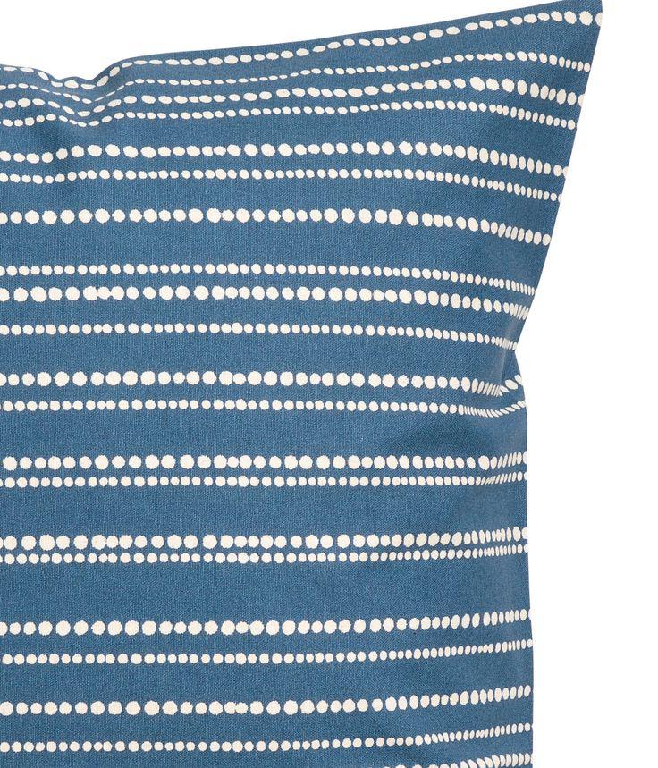 Blå/Stribet. Pudebetræk i vævet bomuldskvalitet med trykt mønster. Skjult lynlås.
