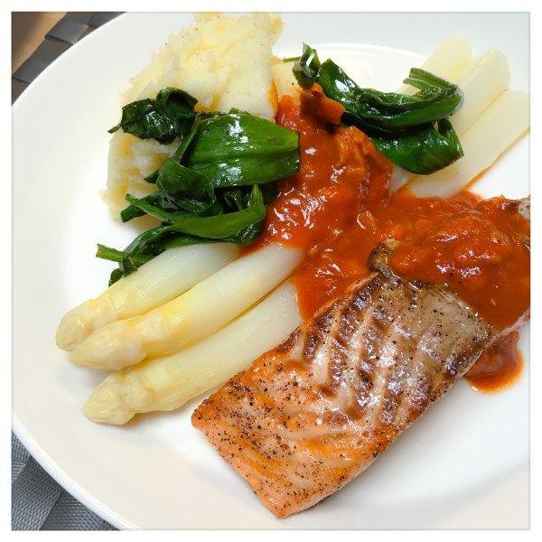 Asperges met zalm en tomatensaus - asparagus with salmon and tomato sauce