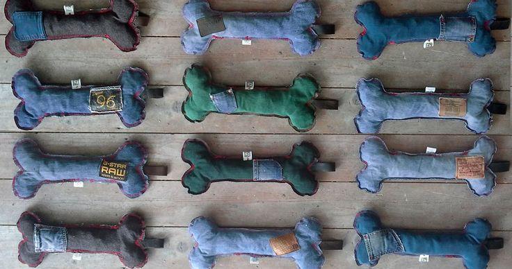"""Leuk om cadeau te geven!!! Een groot speeltje voor een grote hond. Gemaakt van oude spijkerbroeken en gevuld met oude spijkerbroeken. Met """"zakjes"""" waar je een koekje in kunt verstoppen voor de braintraining.  http://www.doggoesshopping.nl/c-2166357/doggets-de-leukste-cadeautjes-op-een-rij/"""