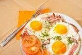 colazione con uova al tegamino e pancetta sulla piastra  stock photography