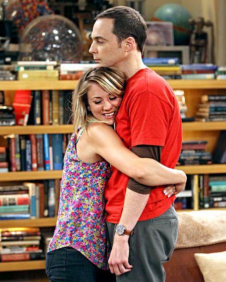 Sheldon reacio a los abrazos ... jajaj !!!