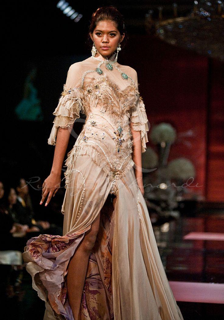 #cheongsam #modern #details #chinoiserie #chinois #oriental #asian #chinese #hairdo #lookbook #couture #hautecouture #ruslytjohnardi #ruslytjohnardiatelier #fashion #fashioneditorial #fashionspread #pastel #cream #lace #details #lace #cream