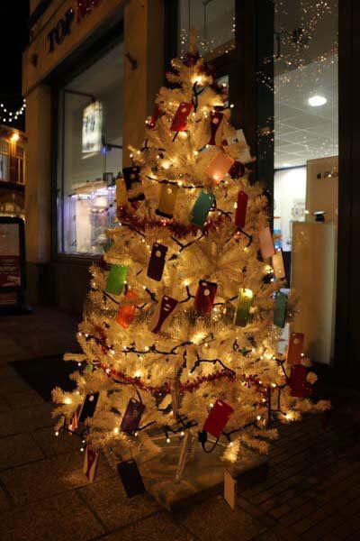 Haverstraatpassage versiert met 32 witte kerstbomen!  Agenda: Kerstmarkt Haverstraatpassage op zon 20 december 2015