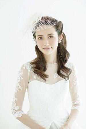 顔周りの毛をねじって留めた清楚なスタイル♡ Aライン・プリンセスドレスに合うダウンヘアの髪型まとめ。ウェディング参考用。