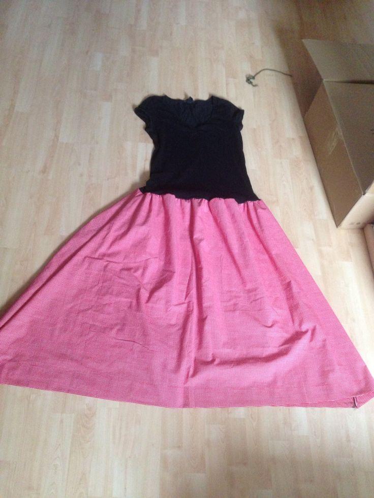 Vanhasta verhosta ja paidasta tehty mekko