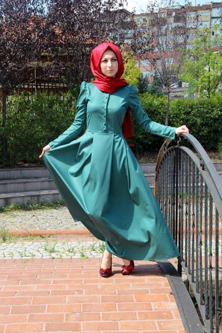 Karpuz kol önü düğmeli sultan yeşil tesettür elbise Kübra Biriktir özel tasarım ürünüdür. Boyu 145 cm olan tesettür elbisenin kumaşı yazlık gabardin kumaştır.