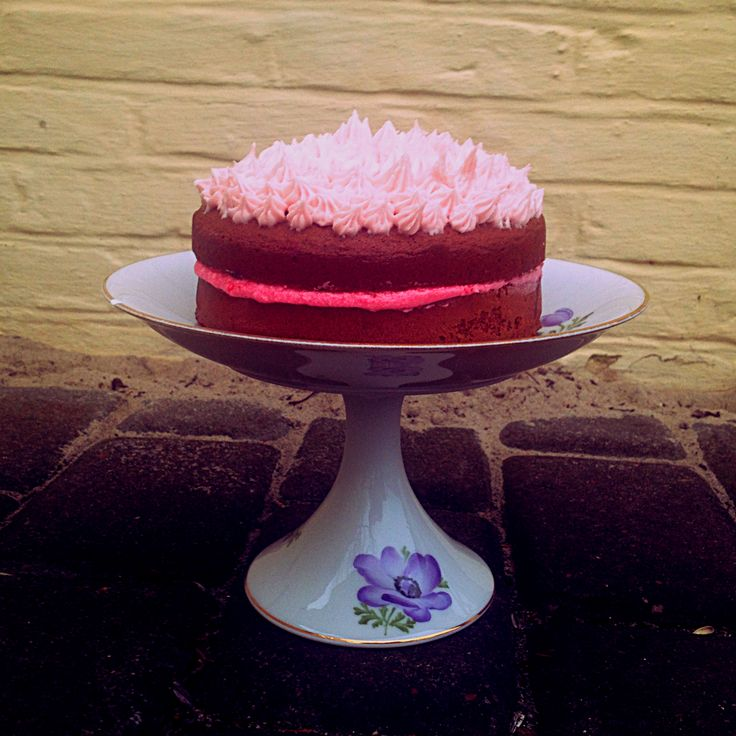 Raspberry and chocolate layer cake. Yum, yum. Find it here studiemadogliv.blogspot.com