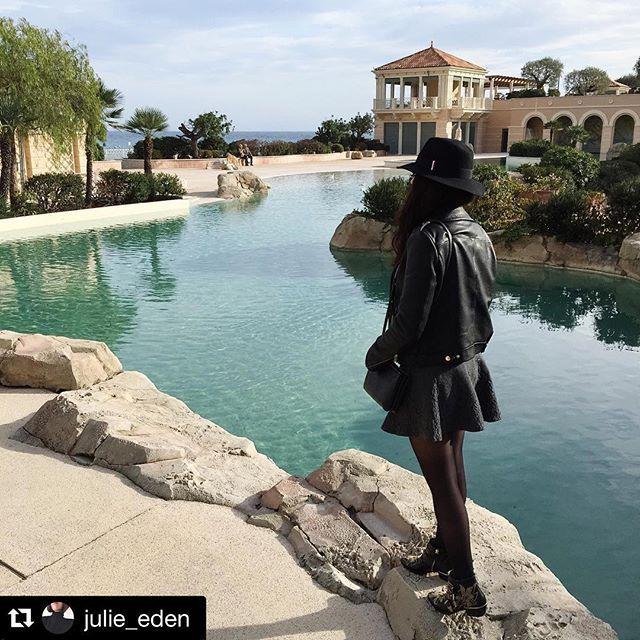 @julie_eden avec notre #chapeau et dans un cadre que l'on peut qualifier de #sublime. #repost #hat #view #montecarlobay #lagon @montecarlosbm #frenchriviera #cotedazur #beautiful  https://www.1789cala.fr/chapeaux/chapeau-en-laine-a-bords-flottants-noir-made-in-france-1789-cala.html