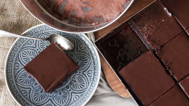 Σοκολατόπιτα σιροπιαστή από τον Άκη Πετρετζίκη. Ένα από τα πιο σοκολατένια γλυκά που έχετε δοκιμάσει ποτέ!