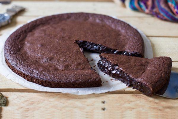 Η πιο εύκολη και νόστιμη σοκολατόπιτα με πέντε μόνο υλικά που έχετε πάντα στην κουζίνα σας!