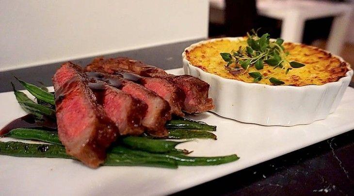 Vad sägs om en saftig bit entrecôte som du serverar tillsammans med krämig potatiskaka, krispiga haricots verts och en mustig rödvinssås? På cirka en halv