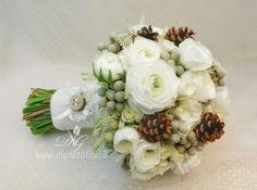 Bouquet+da+sposa+invernale con ranuncoli, roselline, brumia, e pigne. Manico rivestito con lana cotta con un bottone di legno