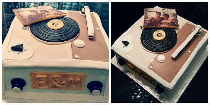 Tarta Tocadiscos de Fondant, con bizcochos de naranja con nueces y de chocolate, con crema de mantequilla de Chocolate blanco a la naranja