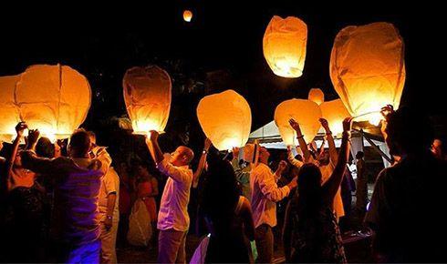 Globos de los Deseos o farolillos . Eleva tus deseos al cielo el dia de tu boda!! Como puedes hacerlo? Abanik Eventos te ofrece esta maravillosa opcion; podras participar con tus invitados de un momento magico.  Globos de Luz, los  que son linternas flotantes que representan los mejores augurios de familiares, amigos y conocidos de los novios para su vida de casados. #Wishballoons #Wishesballoons #globosdelosdeseos #globosdeluz #globos #bodas #wedding #farolillos #faroles #linternas