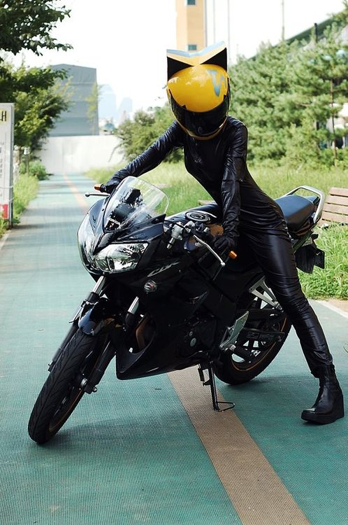 Celty Sturluson  From: Durarara  Cosplayer: xxrimakamiya:  Photographer: unknown   source: http://morbidfashion.tumblr.com/post/49638666893